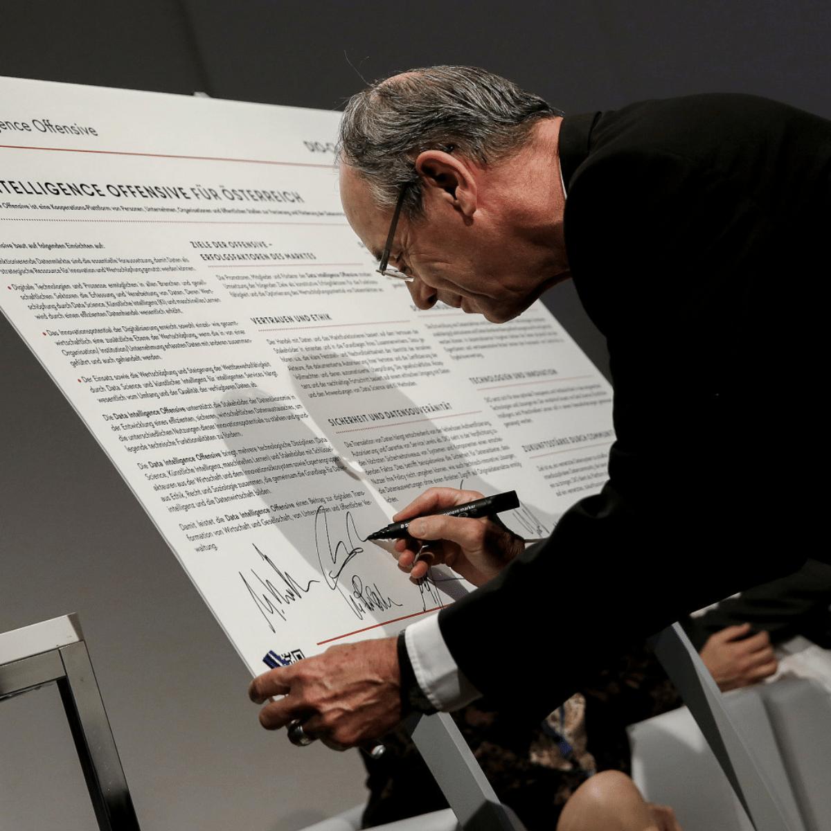 Charta Unterzeichnung durch Prof. Peter A. Bruck