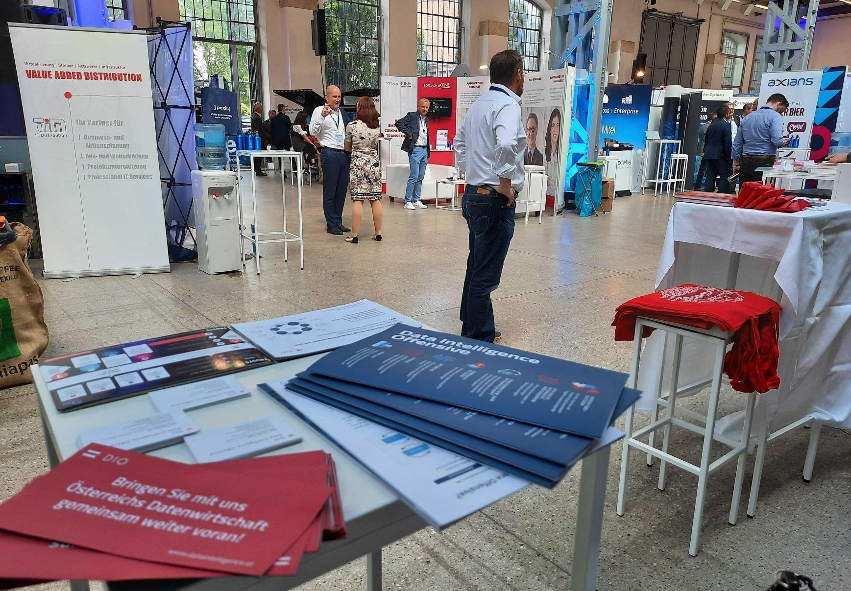 CIO Summit - Sicht auf die Ausstellung vom DIO Stand aus, DIO Infomaterialien im Vordergrund
